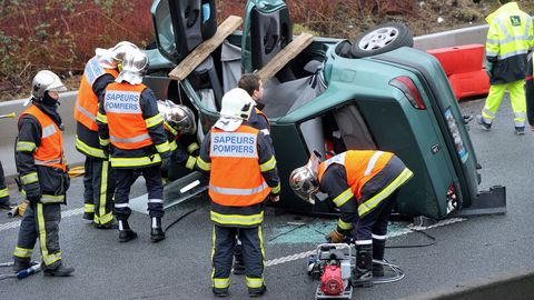des-sapeurs-pompiers-sur-les-lieux-d-un-accident-de-la-route-le-14-janvier-2014-pres-de-roubaix_5194367